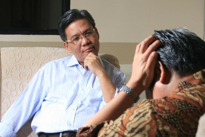 A counsellor listening to a patient during a therapy session