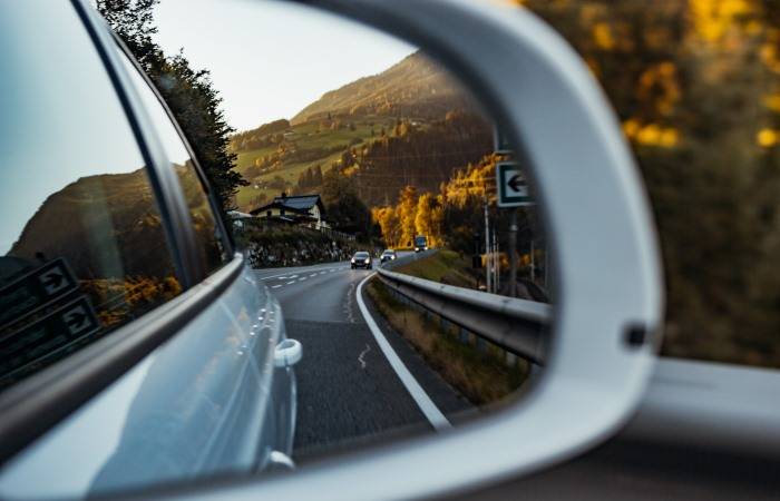 reflection-of-two-cars-in-side-mirror